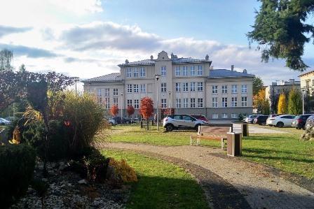 budynek PCKU w jesiennych barwach