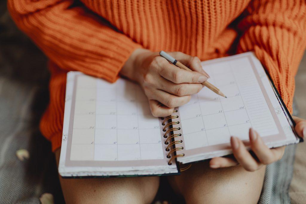 Na zdjęciu uczeń wypełnia kalendarz